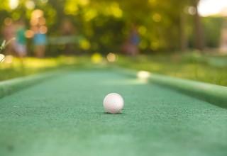 Mini-Golf-under-sun